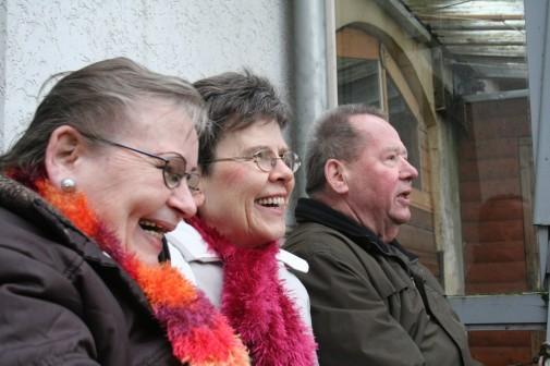 Die Treppe aus frühen Kindertagen gibt es am Hause Fiene nicht mehr. Gundula Blöhm (von links), ihre Schwester Heidi Mroschel und Bruder Siegfried Fiene haben aber auch auf der Bank im Garten ihren Spaß. Das Haus zur Bank wird drei Wochen nach diesem Foto im März 2012 abgerissen.