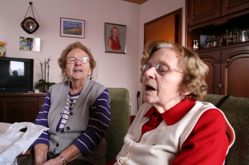 Ein Mädchen, so weiß wie Schnee ... Die Damen belieben zu singen. Was sie sich dabei denken, scheint sie bis heute wahrlich zu amüsieren.