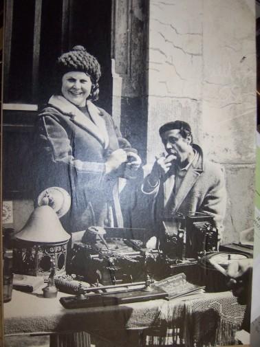 Gerda und Wilhelm Pilz in ihrem Element: dem Flohmarkt am Leineufer Hannovers. Foto: privat