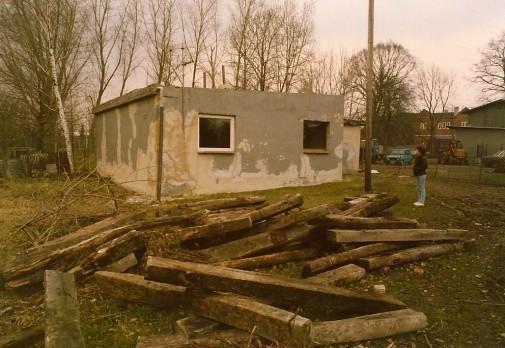 Eine Hütte hinter einer alten Villa. Sie sieht aus, als wäre sie am Ende. Für Erika, damals geborene Much, aber ist sie der Anfang einer einzigartigen Zeit. Rechts im Hintergrund lugt das Pferdekopfhaus hervor. Foto: privat