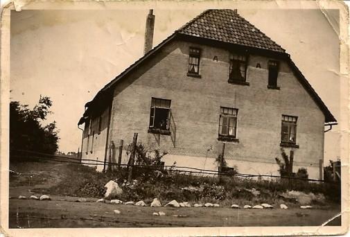 Ein erster Blick - aus 40 Zentimetern Höhe: Wo dieses Haus einst stand, leiten heute Fluglotsen metallene Vögel sicher auf ihren Bahnen. Foto: privat